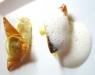 Assaggi di teatro: filetto di sgombro su porri e schiuma di baccalà; baccalà mantecato con patata, ricotta ed erbe di campo